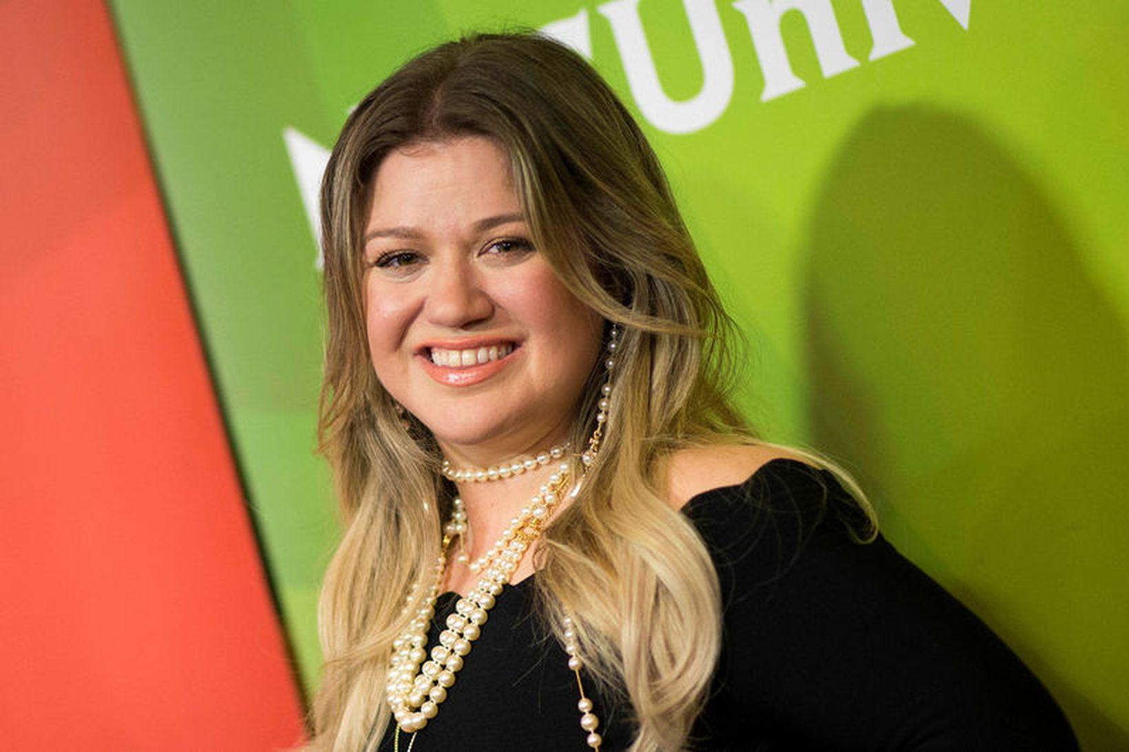 Kelly Clarkson skildi fyrir skömmu.