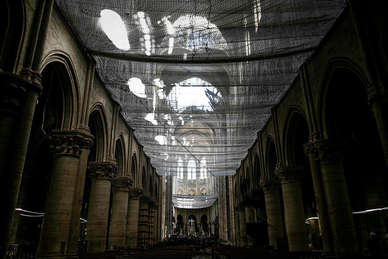 Ljósmynd af eyðileggingunni á þaki Notre-Dame kirkjunnar.