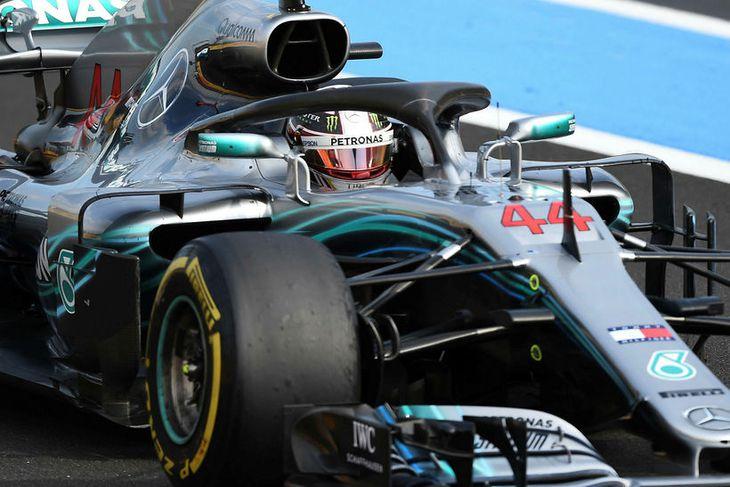 Lewis Hamilton ekur sigri hrósandi yfir markið í Le Castellet.