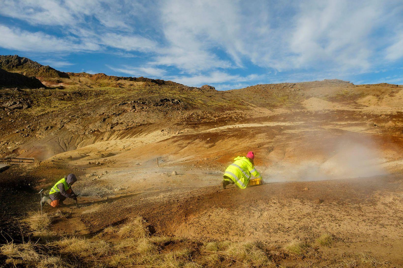 Jarðvísindamenn við mælingar á Reykjanesi.