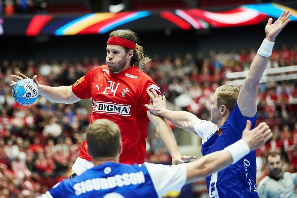 Mikkel Hansen sækir að íslenska liðinu.