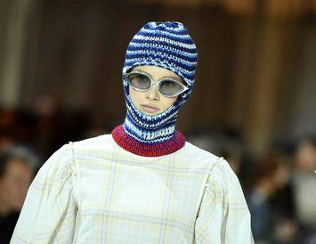 Fyrirsæta með lambhúshettu á tískusýningu Calvin Klein.