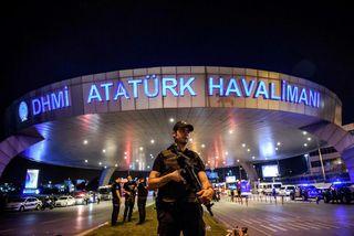 Lögreglumaður fyrir utan Ataturk-flugvöllinn í Istanbúl.