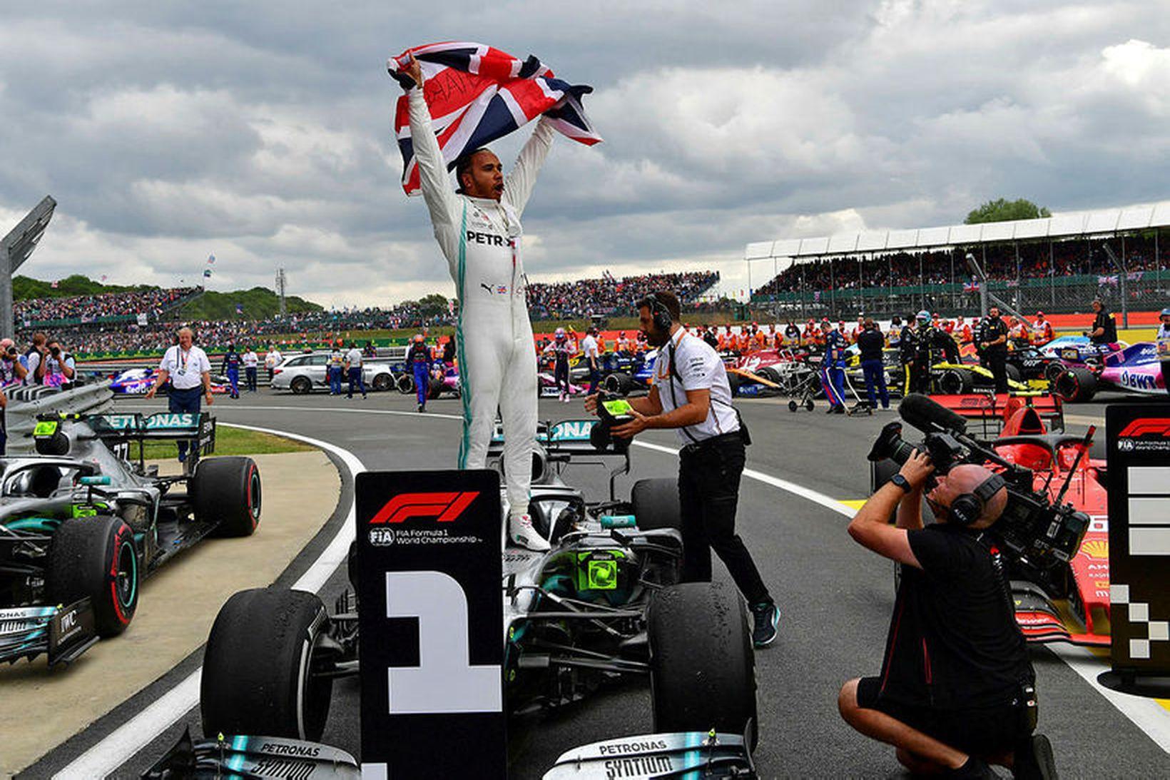 Lewis Hamilton veifar breska fánanum eftir sigurinn í Silverstone.