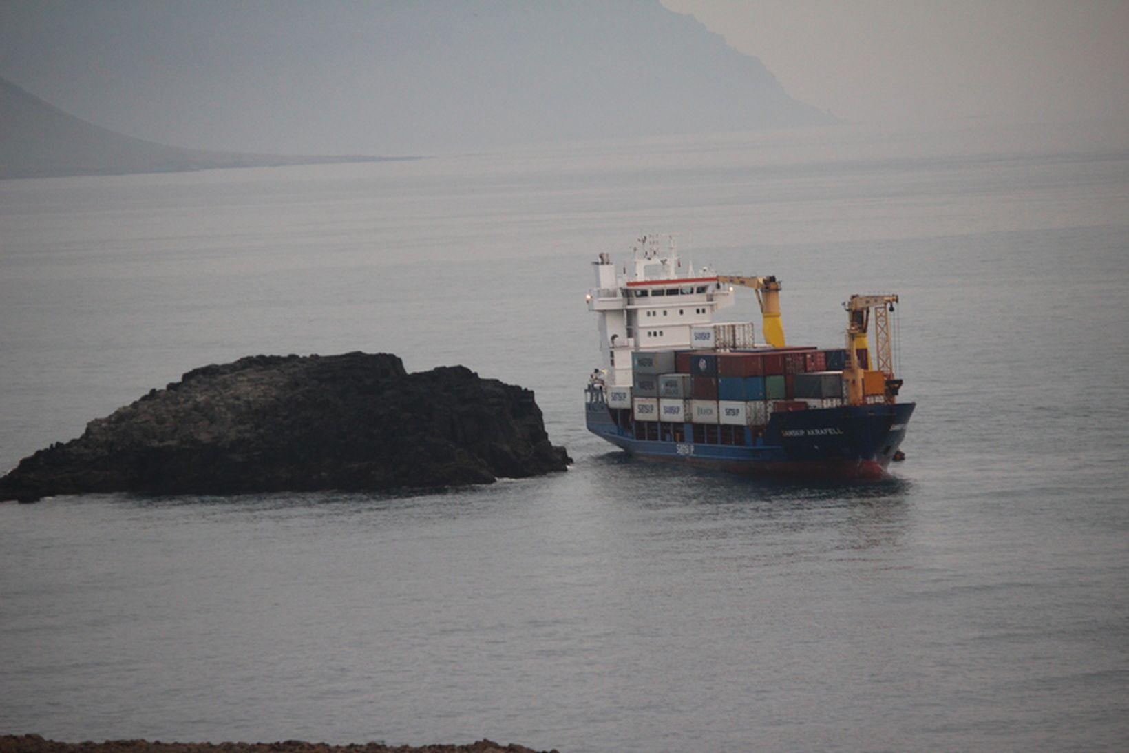 Mynd af strandstað -Akrafell, flutningaskip Samskipa, strandaði á fimmta tímanum …