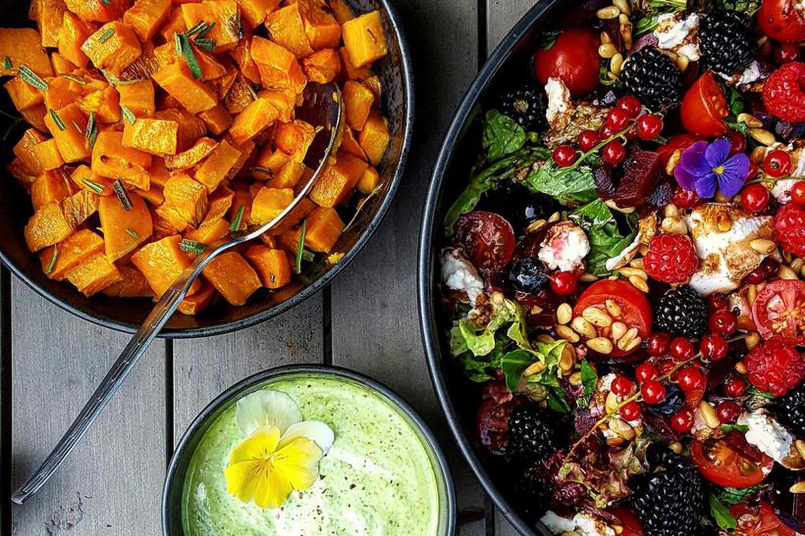 Litríkt, hollt og virkilega gott. Dressingin á salatinu er algjört …