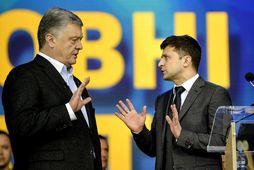 Petro Poroshenko (til vinstri) og Volodymyr Selenskí í kappræðum á föstudaginn.