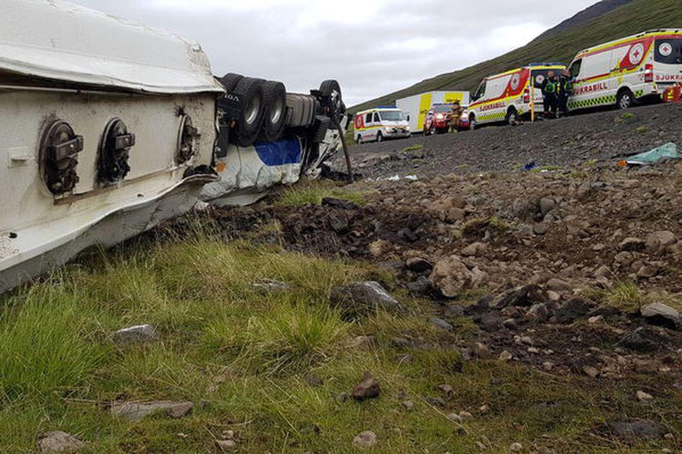 Olíuflutningabíll valt á Öxnadalsheiði í síðustu viku. Ökumaðurinn sagðist í ...