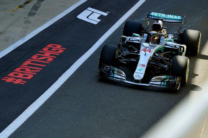 Lewis Hamilton í bílskúrareininni, á leið út í Silverstonebrautina.