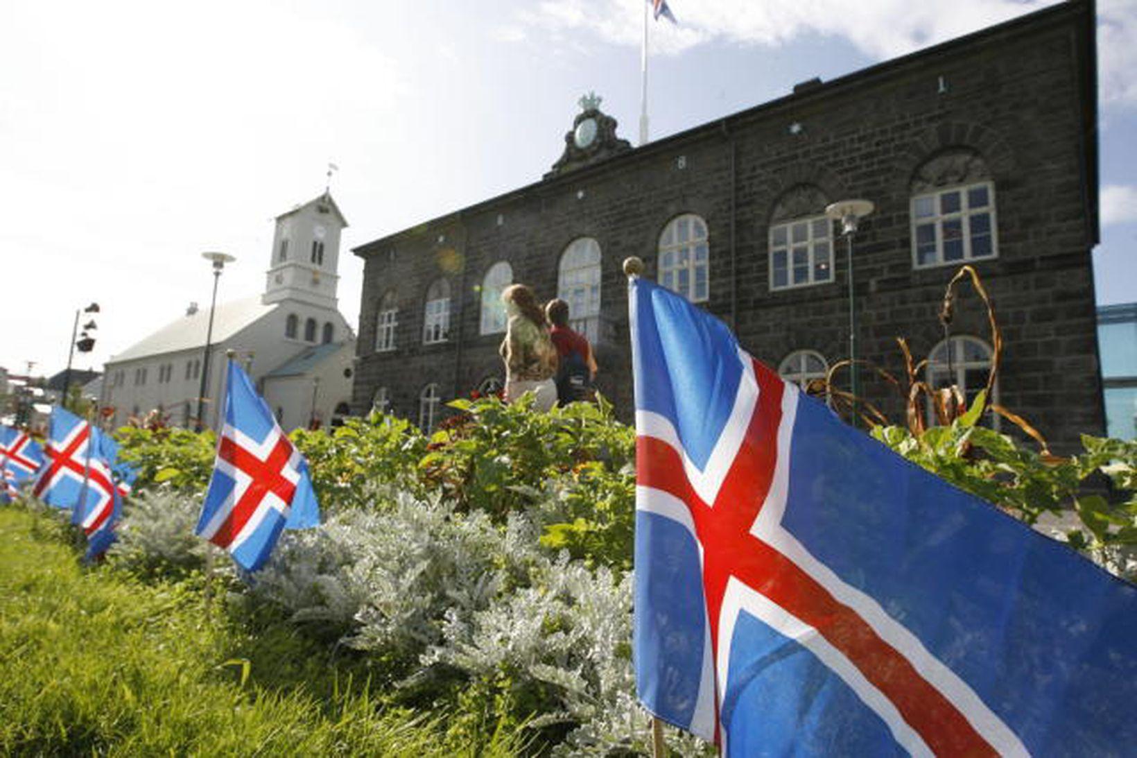 Íslenskir fánar við Alþingishúsið