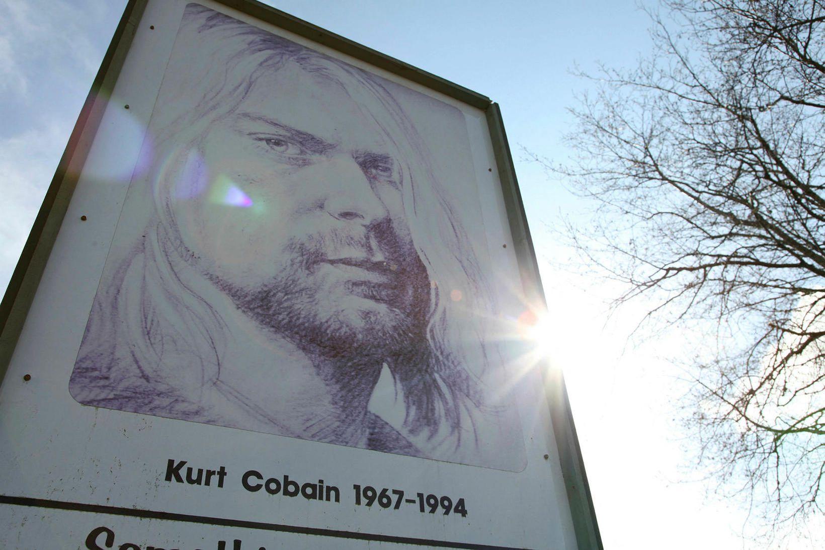 Mynd af Kurt Cobain, forsprakka Nirvana, í garði honum til …