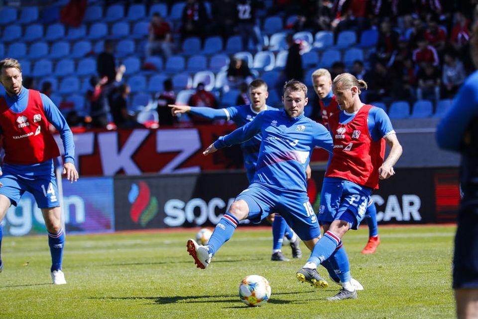 Ari Freyr Skúlason og Rúnar Már Sigurjónsson taka á því í upphitun í dag.