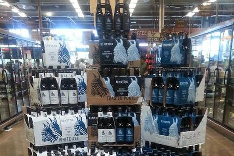 Einstök white ale and Einstök pale ale for sale in a US grocery store.