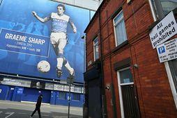 Tómlegt er í kringum Goodison Park, heimavöll Everton í Liverpoolborg, eins og aðra enska knattspyrnuvelli.