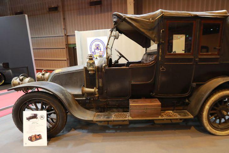 Renault Type AI from 1908 skipar vissan heiðurssess á fornbílasýningunni í París sem hófst í ...