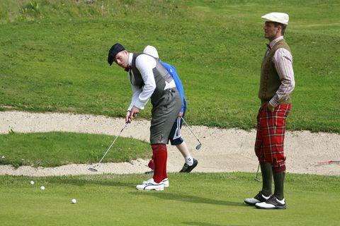 Hér má sjá Eið Smára Guðjohnsen og Hermann Hreiðarsson spila golf í Vestmannaeyjum.