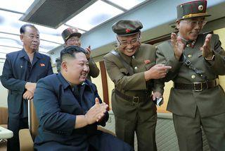 Kátt á hjalla. Kim Jong-un leiðtogi Norður-Kóreu fylgist með eldflaugatilrauninni í gær.