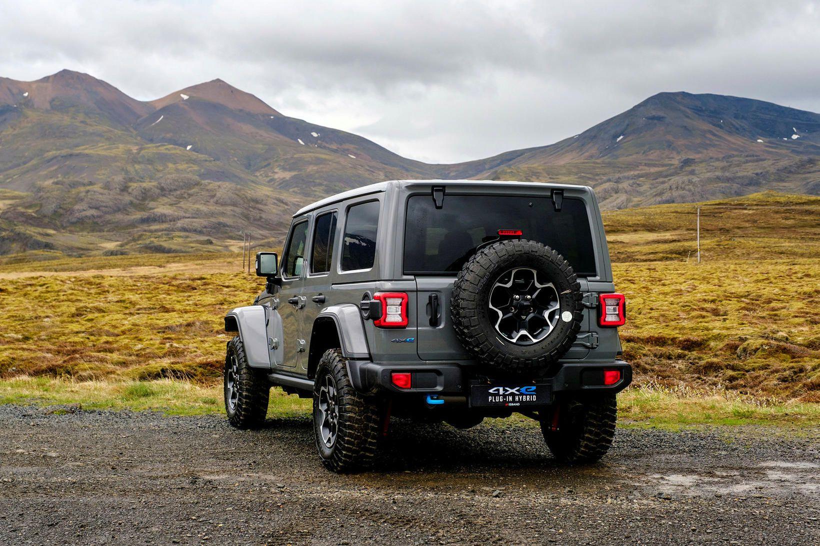 Maður lítur vel út á malbikinu á Jeep Wrangler Rubicon …