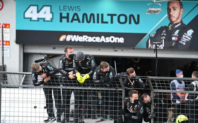 Liðsmenn Lewis Hamilton fagna honum komandi í mark í Nürbrurgring rétt í þessu.