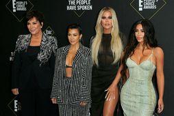 Kris Jenner, Kourtney Kardashian, Khloé Kardashian og Kim Kardashian mættu saman á rauða dregilinn.