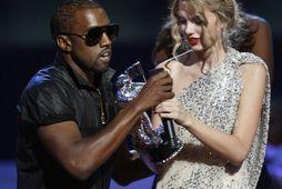 Kanye West hrifsar hljóðnemann af Swift á verðlaunahátíð.
