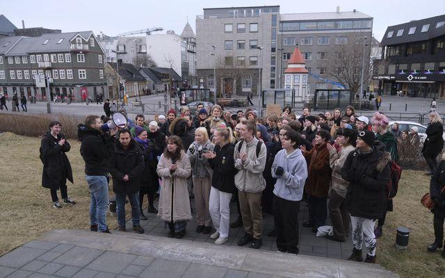 Undirskriftalisti með tæplega átta þúsund undirskriftum var afhentur í dómsmálaráðuneytinu og forsætisráðuneytinu í dag.