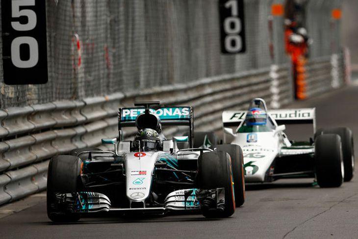Nico Rosberg kominn fram úr föður sínum Keke seint á fyrri hring.