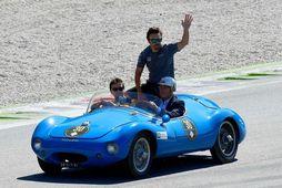 Fernando Alonso ekið um Monza í fornbíl á heiðurshring ökumanna fyrir ítalska kappaksturinn í gær.