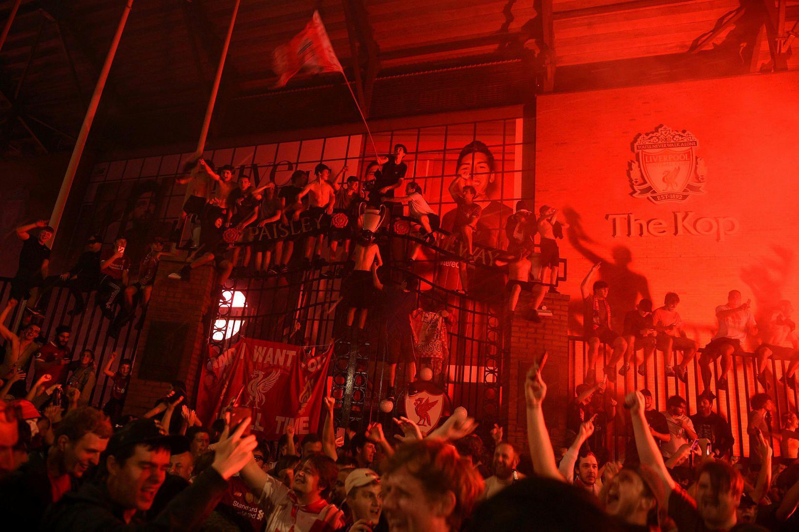 Suðningsmenn Liverpool fjölmenntu fyrir utan Anfield að fagna langþráðum titli.