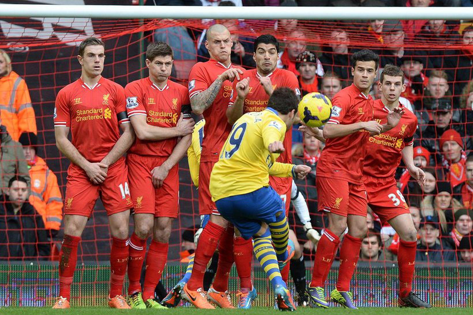Santi Cazorla tekur aukaspyrnu fyrir Arsenal gegn Liverpool um síðustu …