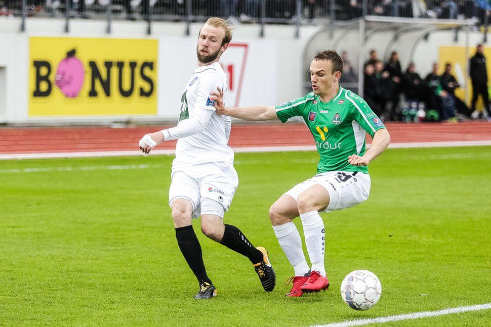 Daníel Laxdal er eltur af Aroni Bjarnasyni.
