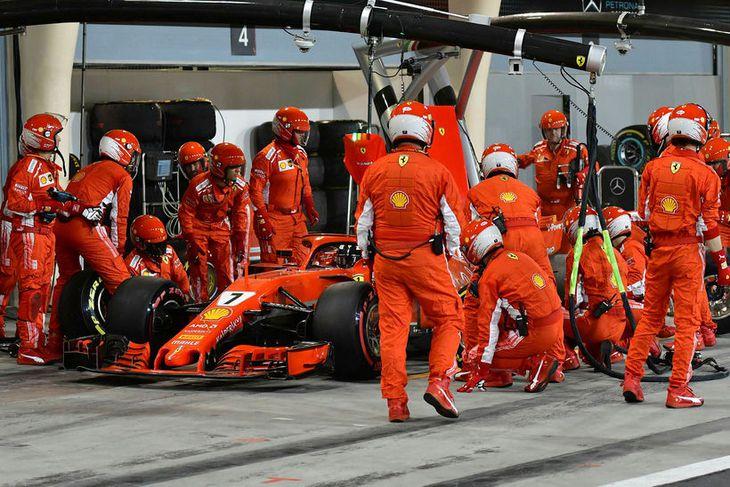 Kimi Räikkönen í dekkjastoppinu misheppnaða.