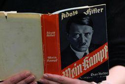 Bókin Mein Kampf eftir Adolf Hitler.