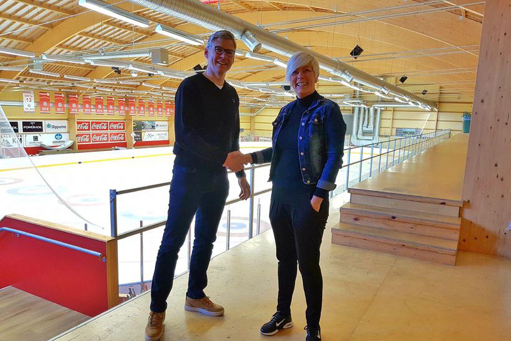 Sami Lehtinen og Ólöf Björk Sigurðardóttir, formaður íshokkídeildar, handsala samninginn.