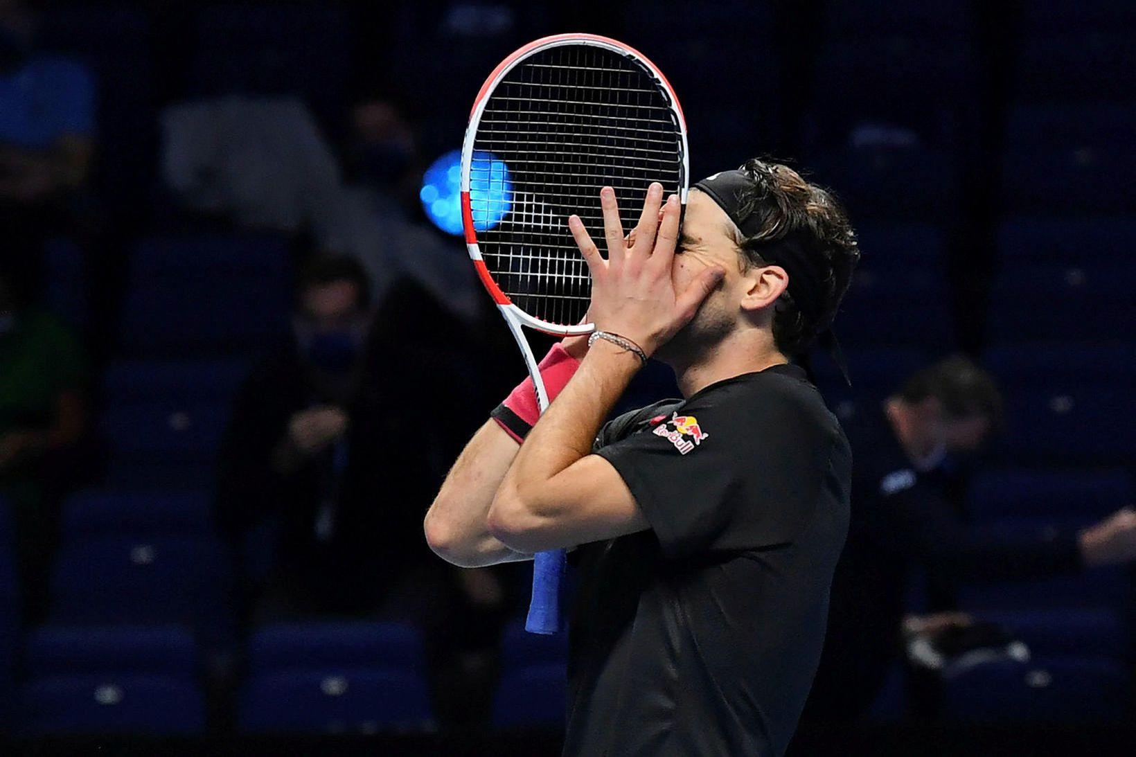 Dominic Thiem fagnar sigrinum á Novak Djokovic.