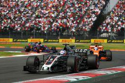 Romain Grosjean á Haas fremstur í fylkingu í Mexíkóborg. Annar er Fernando Alonso á McLaren …