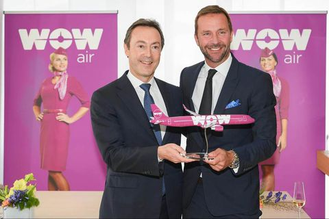 Skúli Mogensen (right) and CEO of Airbus Fabrice Brégier (left).
