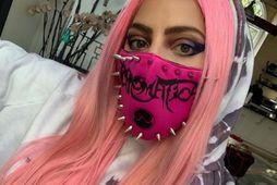 Lady Gaga er einstaklega glæsileg með grímuna sem er í stíl við hárlitinn hennar.
