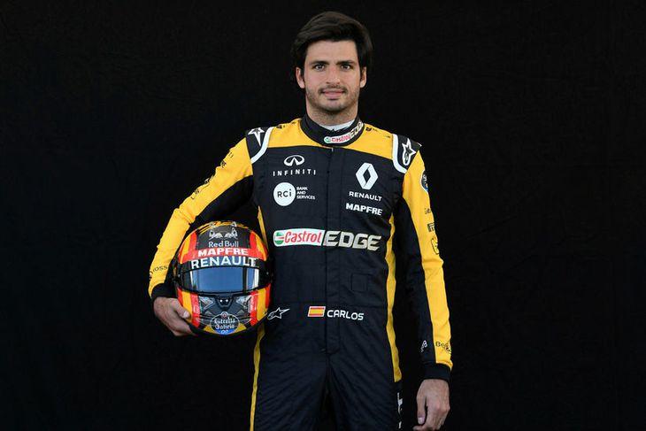 Carlos Sainz hjá Renault með hjálm sinn í Melbourne.