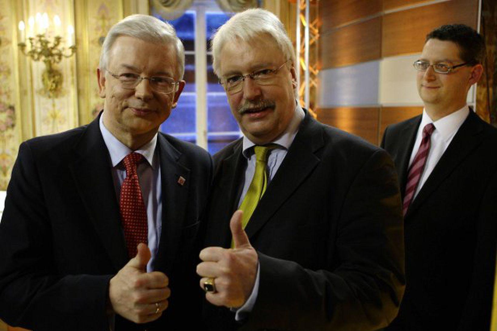 Roland Koch (t.v.) og samstarfsmaður hans i flokki Frjálslyndra demókrata, …