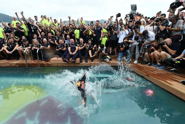 Daniel Ricciardo fagnaði sigrinum í Mónakó meðal annars með því að stökkva út í sundlaug ...