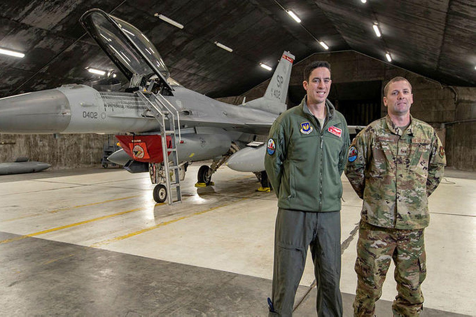 Dominic Collins og Michael Abernathy við eina F-16 þotu af …