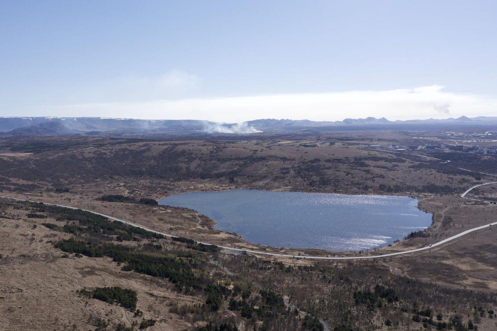 Gróðureldarnir sjást langt að. Hér er horft yfir Vífilstaðavatn í …