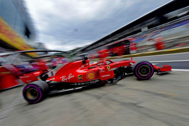 Sebastian Vettel leggur af stað í aksturslotu í Spielberg.
