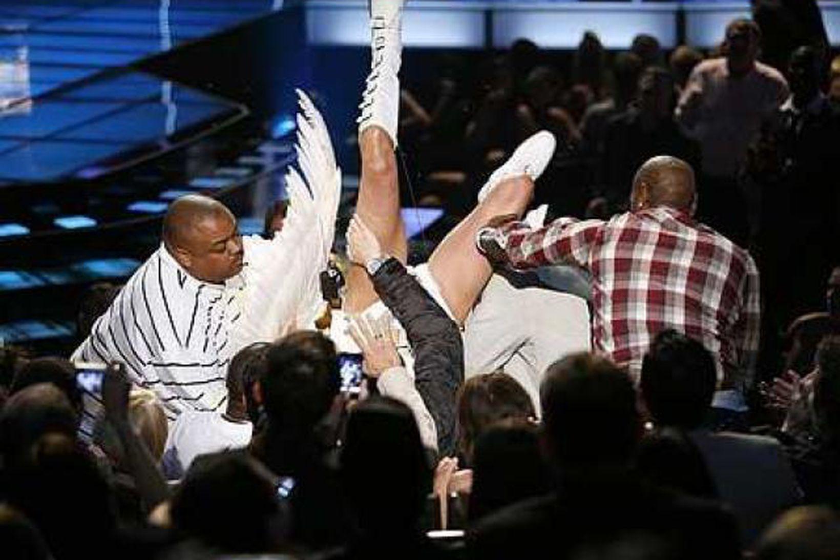 Sacha Baron Cohen, lendir á Eminem á MTV kvikmyndahátíðinni.
