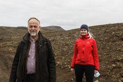 Páll Einarsson og Ásta Rut Hjartardóttir jarðeðlisfræðingar í vettvangsferð á Reykjanesi í dag.