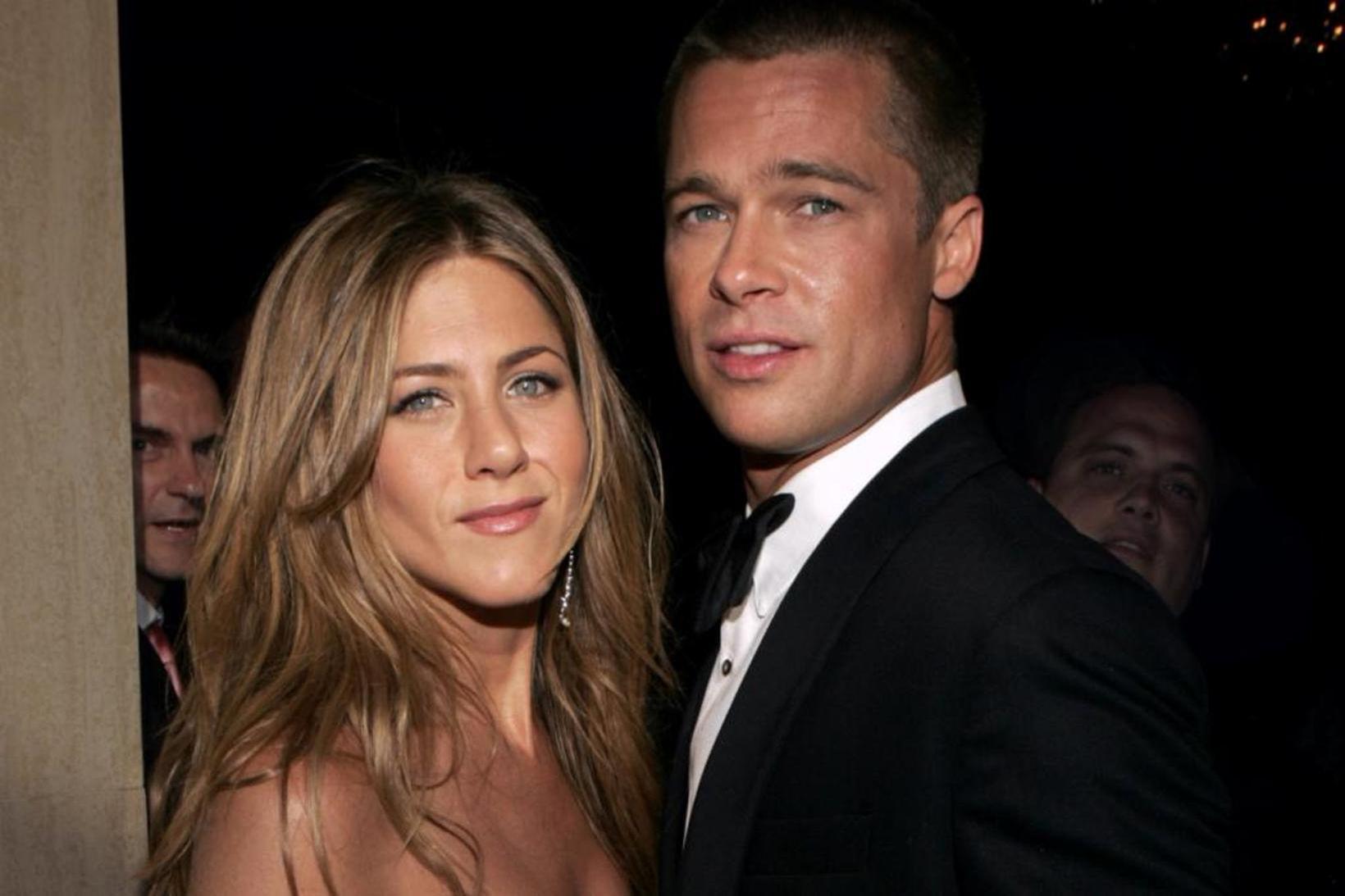 Jennifer Aniston og Brad Pitt á meðan allt lék í …