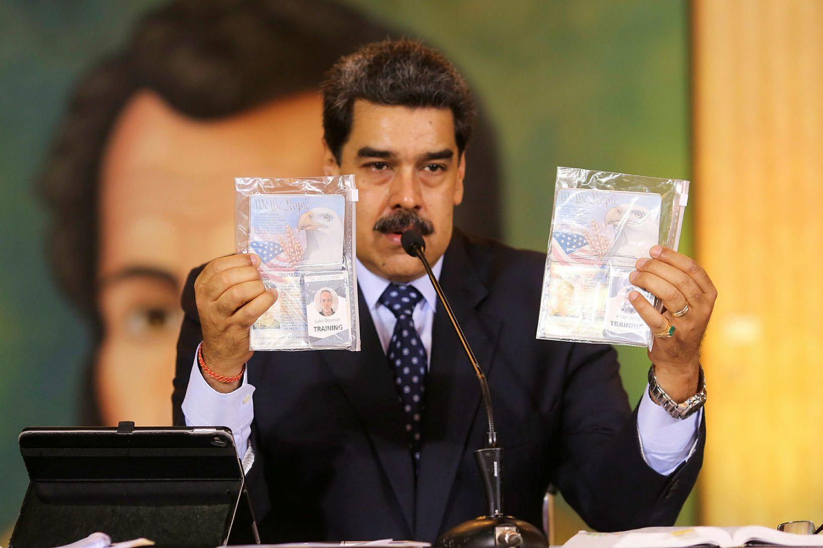 Nicolas Maduro með vegabréf mannanna.