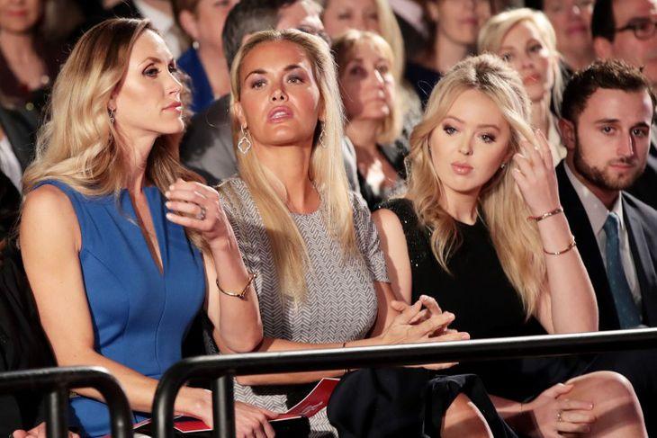Tengdadætur Donalds Trump, Lara Trump og Vanessa Trump ásamt dóttur hans, Tiffany, í áhorfendasalnum.
