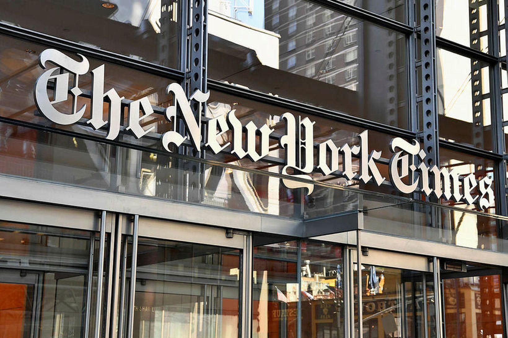 Mótmælendur söfnuðust saman fyrir utan höfuðsstöðvar The New York Times.